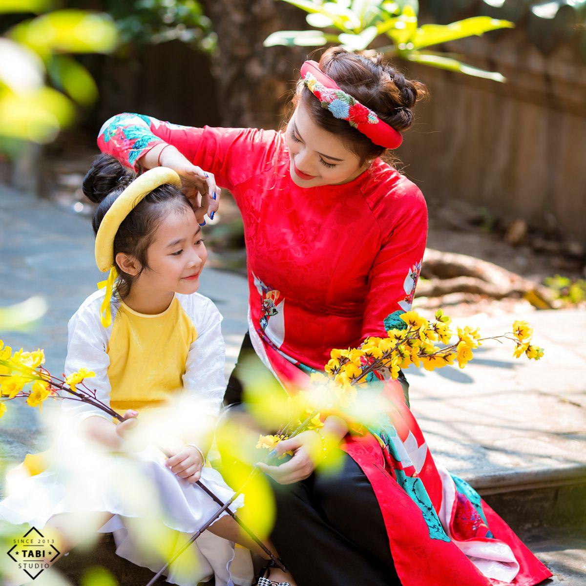 Mẹ và bé chụp tại chùa